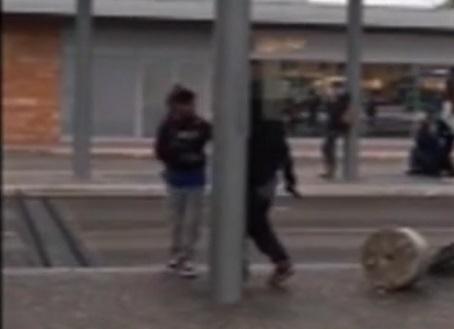 Lite e terrore in stazione spunta la pistola video - Distanza tra stazione porta nuova e arena di verona ...